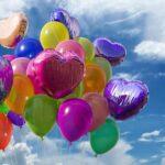 balony z helem na tle nieba