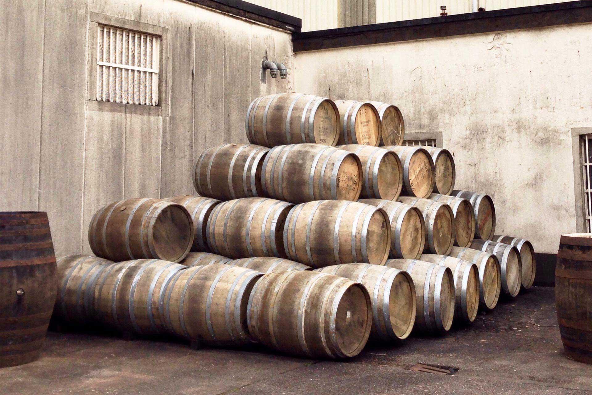 Zakup i sprzedaż beczek whisky z pomocą brokera